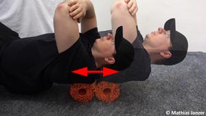 Schmerzen in der Schulter und im Schulterblattbereich lösen mit der Faszienrolle