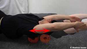 Schmerzen in der Schulter und Faszienrolle in veränderter Armstellung